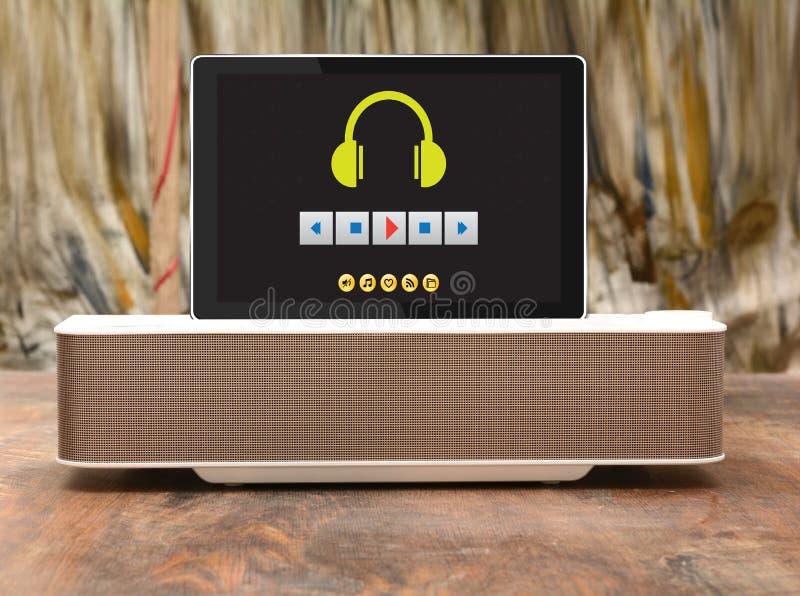 Altavoz de Bluetooth para la música en el fondo de madera, sistema portátil del audio fotos de archivo