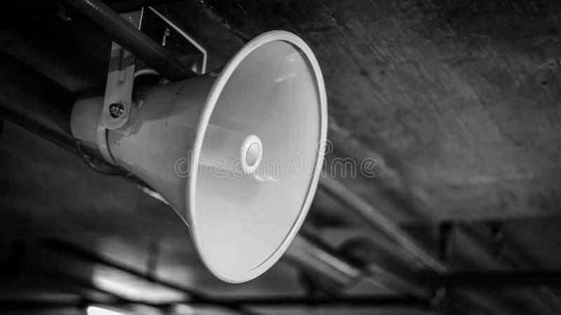 Altavoz de cuerno blanco colgante del megáfono fotos de archivo