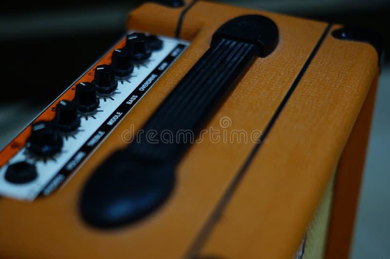 Altavoz de la guitarra eléctrica en el piso fotos de archivo
