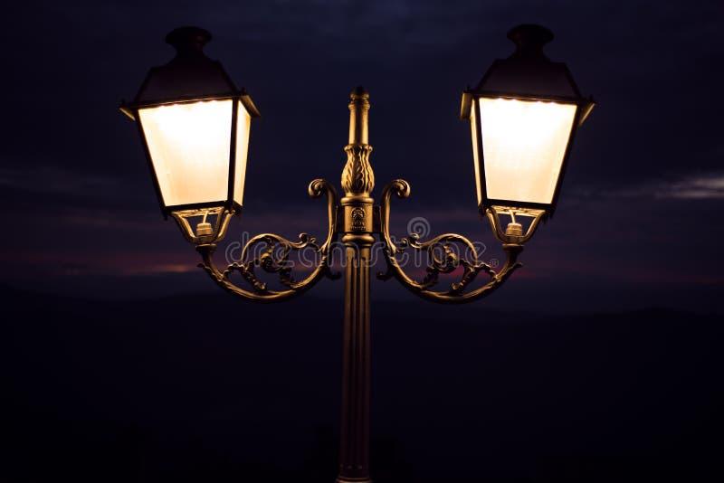 altay καλυμμένη οδός της Σιβηρίας νύχτας λαμπτήρων υγείας belokurikha θέρετρο στοκ εικόνες