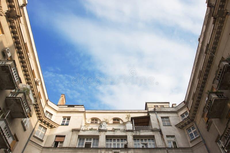 Altbau außen mit Himmel in der Mitte stockbilder