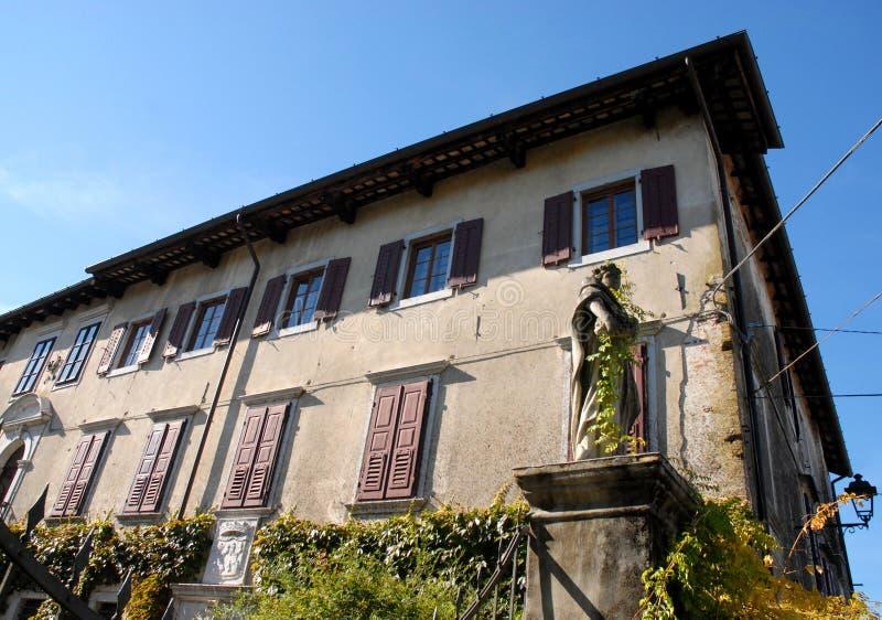 Altbau, der ist ein Teil des Dorfs von Strassoldo Friuli (Italien) lizenzfreie stockbilder