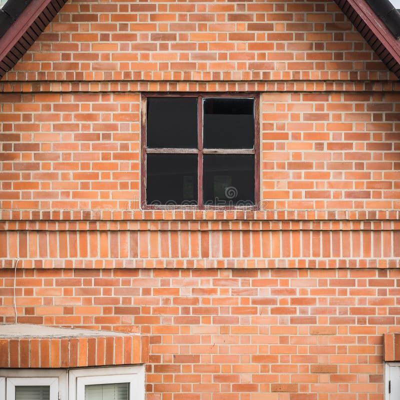 Altbau mit Backsteinmauer und Fenster lizenzfreie stockbilder