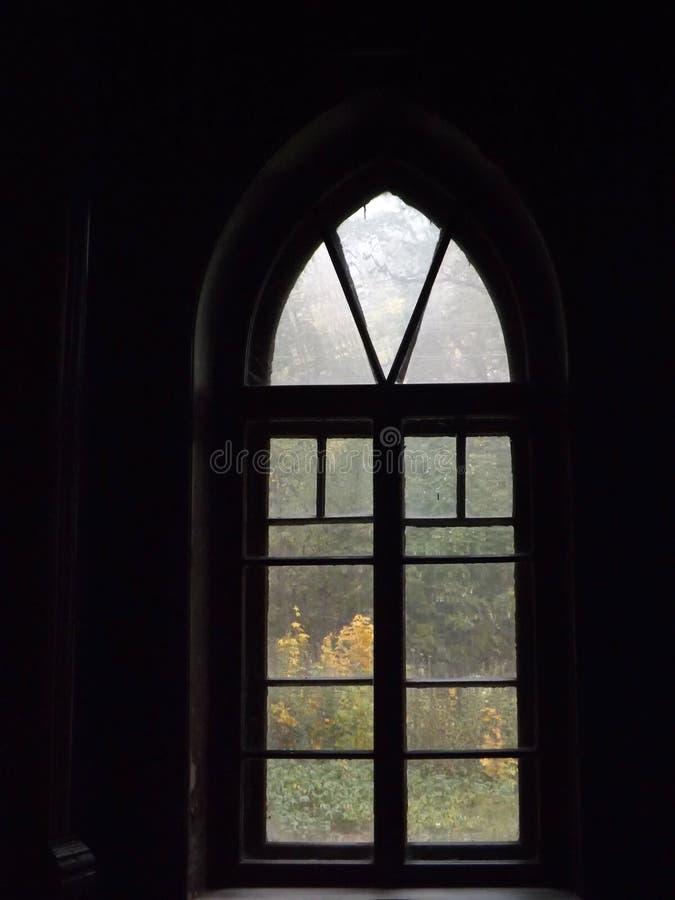 Altbaufensterinnenansicht-Herbstansicht lizenzfreies stockfoto