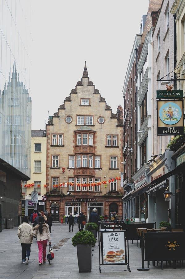 Altbauten mit Shops, Restaurants und Unterhaltungsorten um Leicester quadrieren in der City of Westminster, zentrales London stockfotos