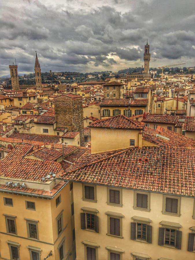 Altbauten mit Ziegelsteindachspitze mit drastischem bewölktem Himmel lizenzfreie stockbilder