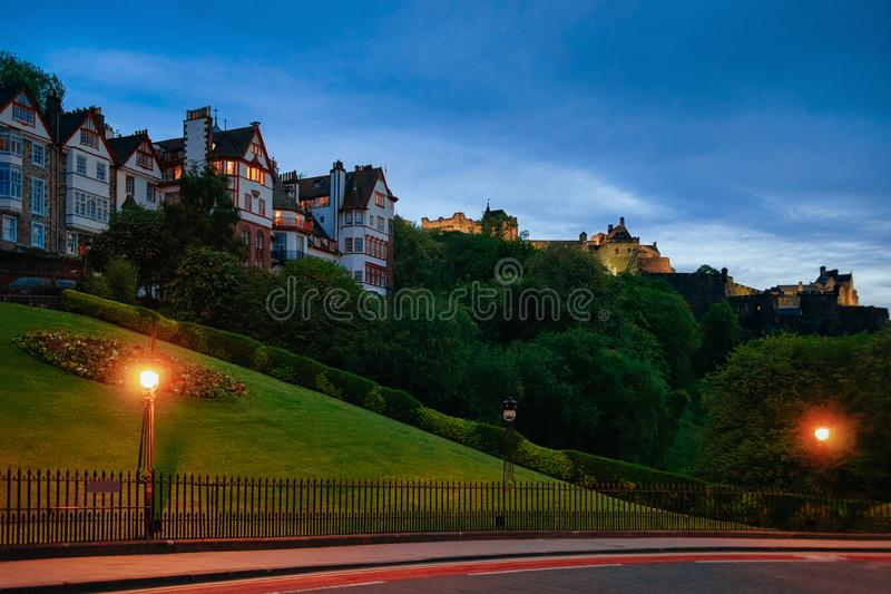 Altbauten und Edinburgh-Schloss auf Hügel in Schottland stockbilder