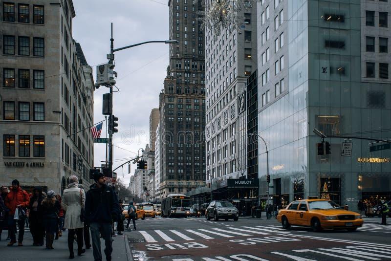Altbauten und Schaufenster des Fifth- Avenuestraßenbilds in Midtown Manhattan stockbild