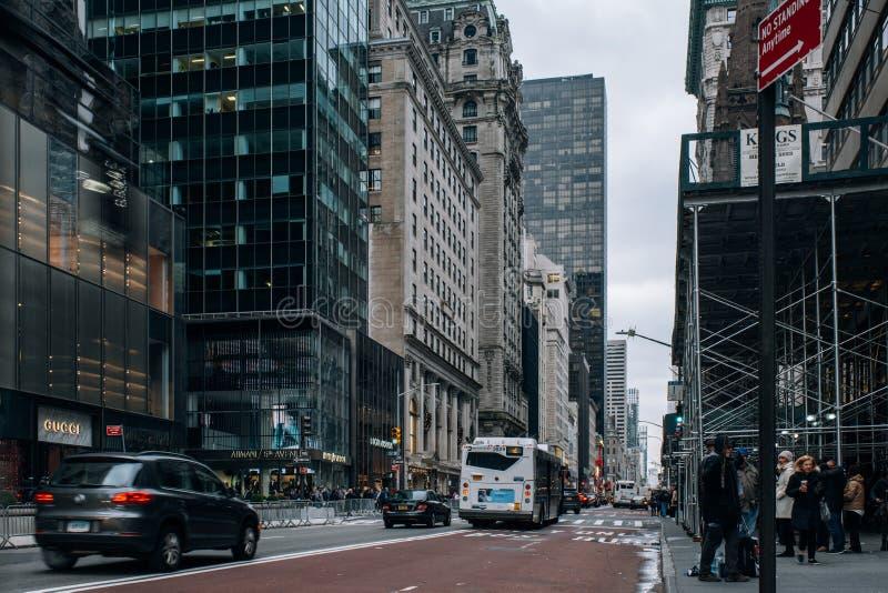 Altbauten und Schaufenster des Fifth- Avenuestraßenbilds in Midtown Manhattan lizenzfreie stockbilder