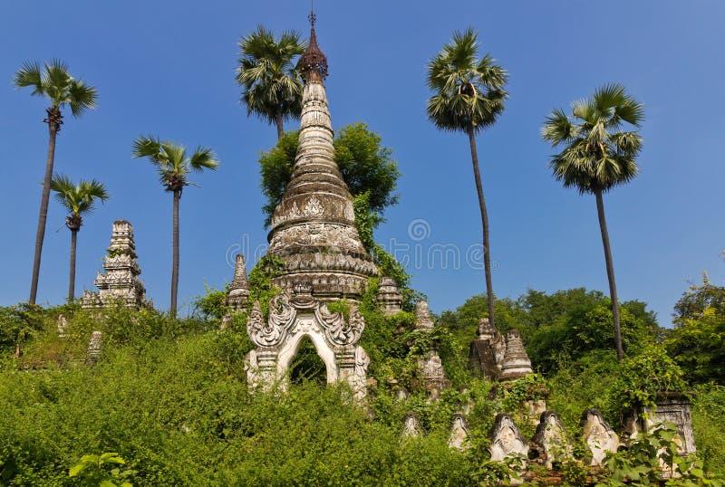 Alte überwucherte wilde buddhistische Pagoden nahe Mandalay stockfoto