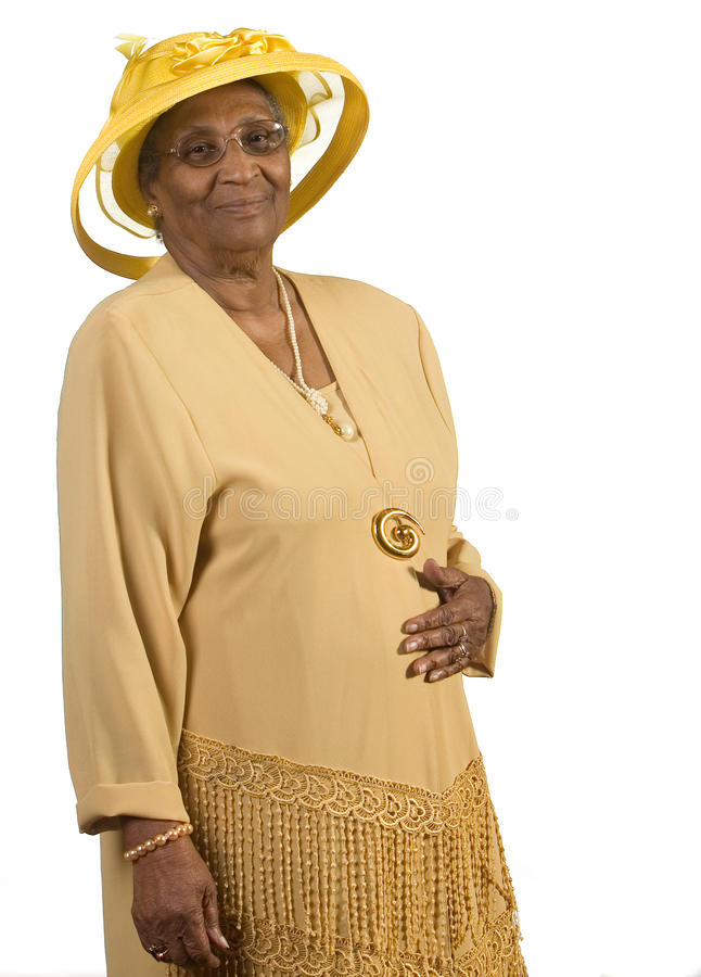 Alte Afroamerikanerfrau, die gelben Hut trägt lizenzfreie stockbilder