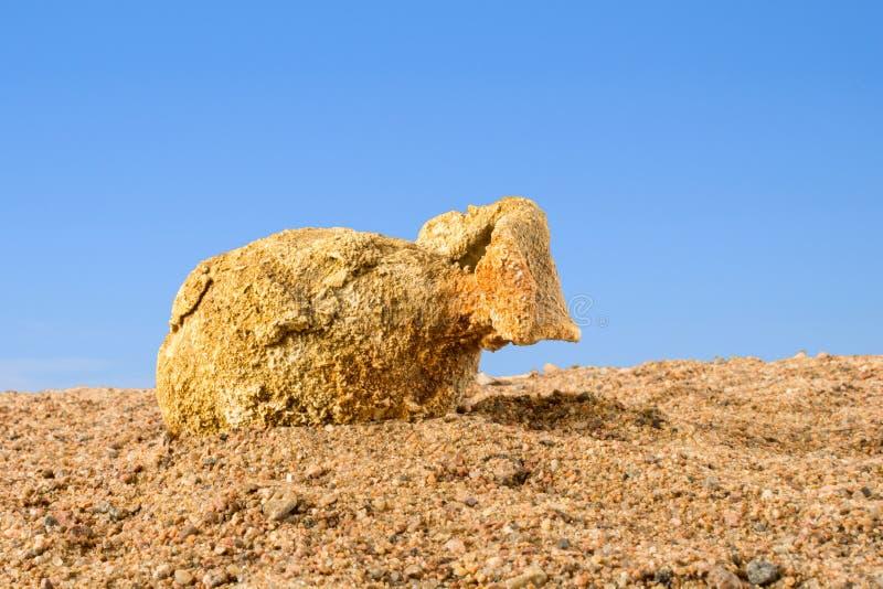Alte Amphore, die auf dem Sand gegen den blauen Himmel, Griechenland liegen stockfotografie