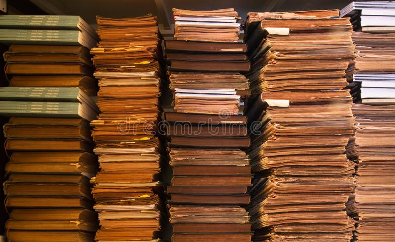 Alte antike Bücher auf Bücherregal, Bücherregal-Hintergrund, Stapel alten Büchern und Papieren stockfotos