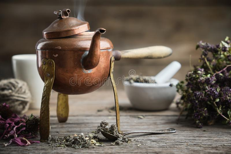 Alte antike kochende Teekanne, Mörtel, Trockenkoffer und Thymian-Bunch lizenzfreies stockfoto