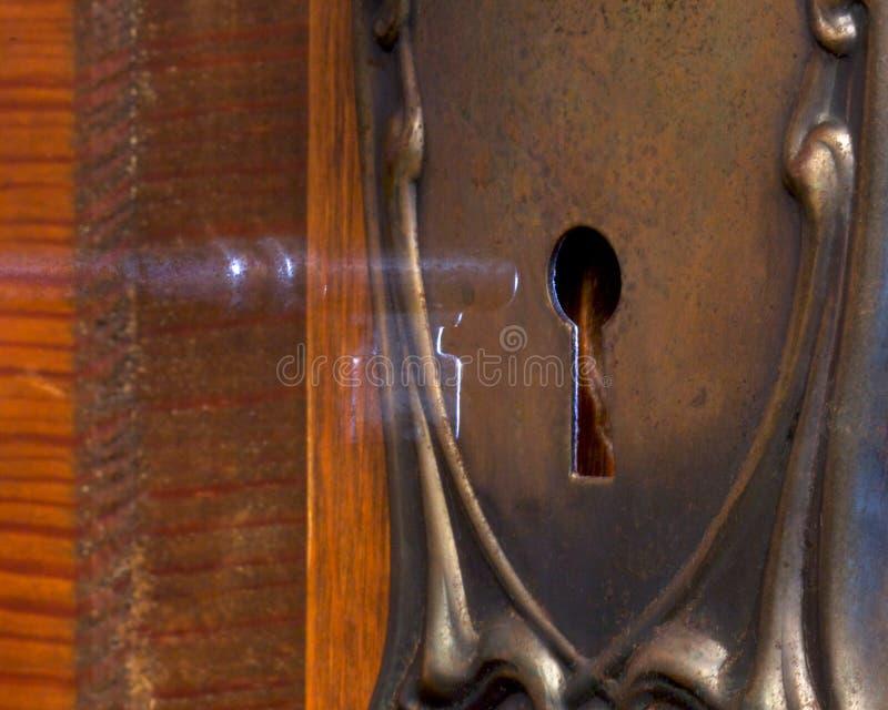 Alte antike Tür, die geheimnisvoll mit a geöffnet ist stockbild
