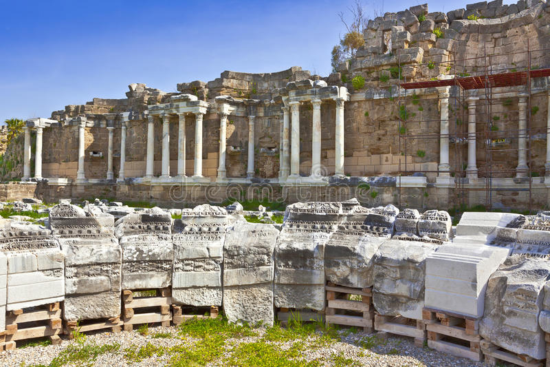 Alte archäologische Fundstätte an der Seite, die Türkei lizenzfreie stockfotos