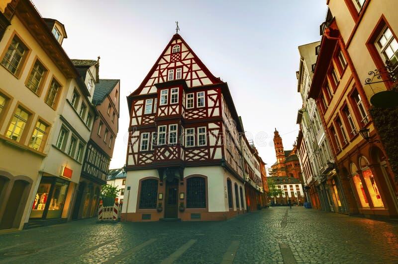 Alte Architekturhäuser in der Mitte von Mainz-Stadt nahe Frankfu lizenzfreies stockfoto