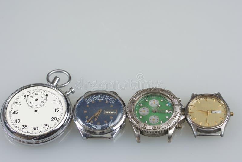 Alte Armbanduhr Handgelenk mechanisch und Quarzuhren, defekt stockbilder