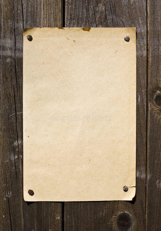 Alte Art-Retro- Papier auf hölzerner Wand stockfoto