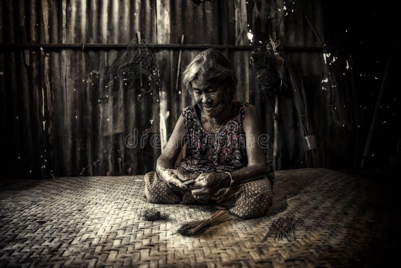 Alte asiatische Frau mit älterem Senior der Falten lizenzfreies stockfoto