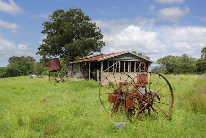 Alte aufgegebene Bauernhofhalle und rostiger Warenkorb dreht sich bei Benandarah lizenzfreies stockbild