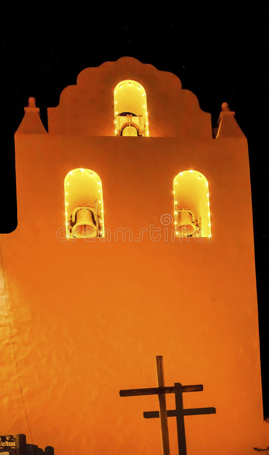 Alte Auftrag-Santa Ines Solvang California Cross Bells-Nacht lizenzfreie stockfotos