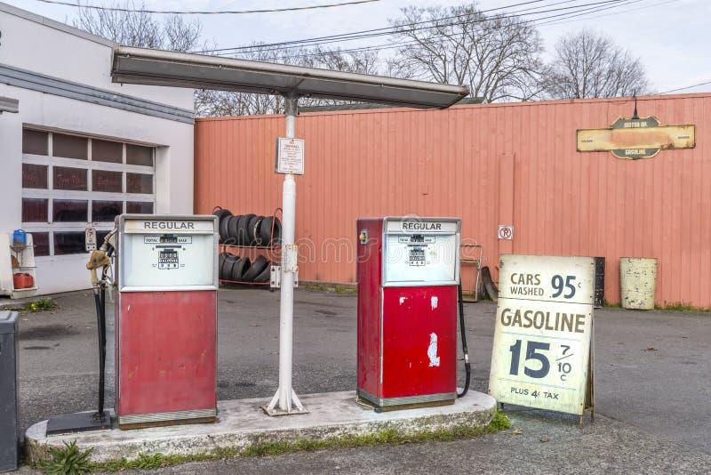 Alte AutoReparaturwerkstatt mit einer Tankstelle, stockfoto