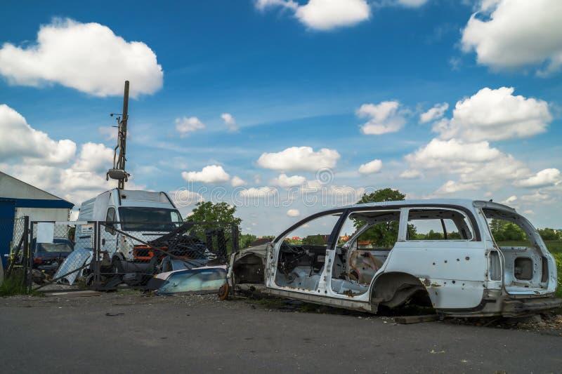 Alte Autos Des Dumps Und Verkauf Benutzte Teile Stockbild - Bild von ...