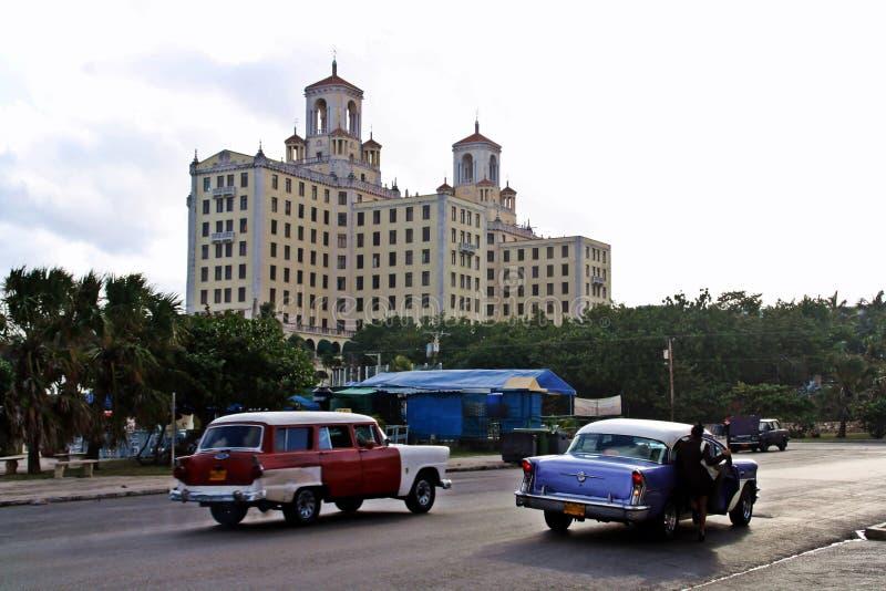 Alte Autos in einer Straße von Havana, Kuba lizenzfreie stockfotos