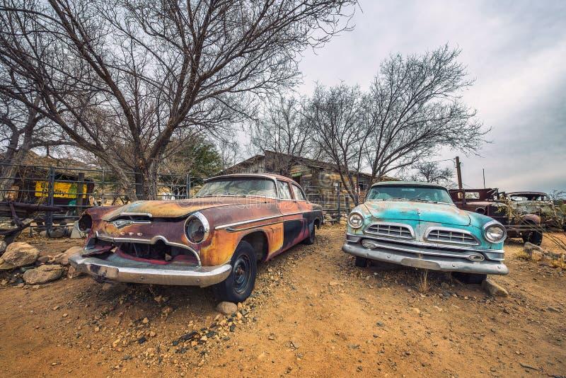 Alte Autos verließen auf historischem Weg 66 in Arizona stockbilder