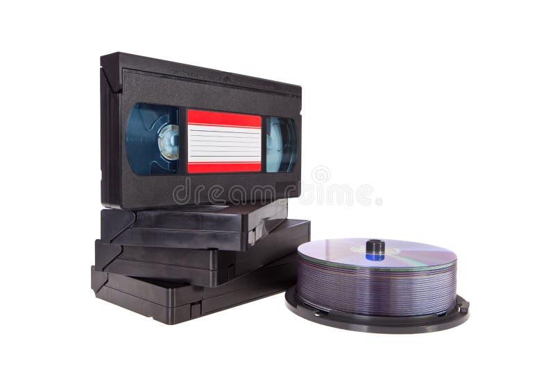 Alte Bänder der videokassette mit einer DVD Platte getrennt lizenzfreie stockbilder