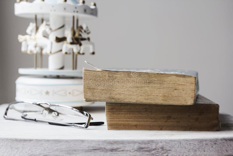 Alte Bücher auf Weinlesekabinett stockfotografie