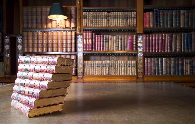 Alte Bücher in der klassischen Bibliothek stockfotos