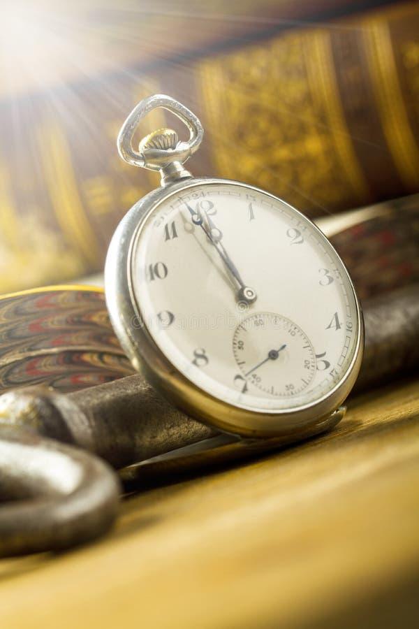 Alte Bücher und alte Uhren stockfoto