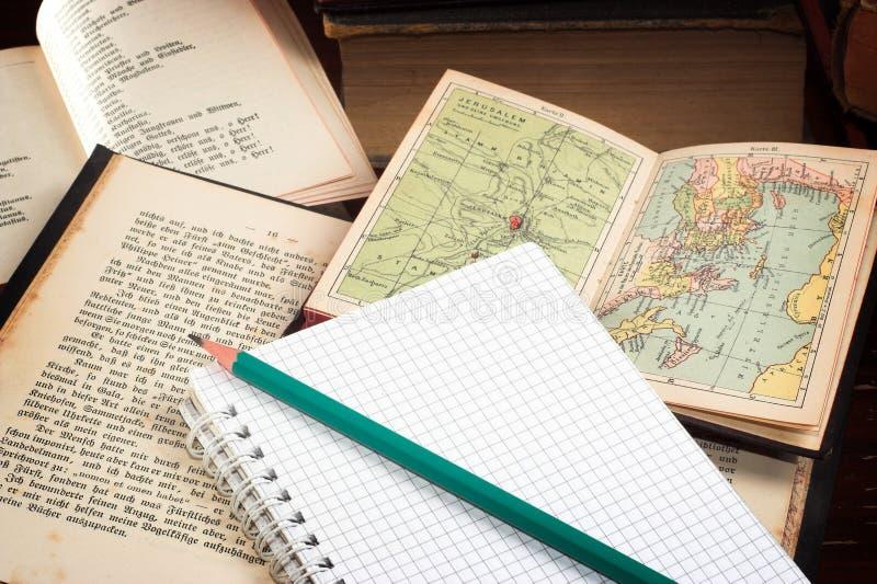 Alte Bücher und Notizbuch stockbild