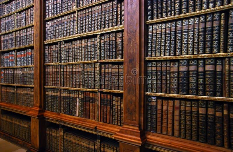 Bücherregal Klassisch alte bücherregale stockbild bild klassisch nachrichten 1851891