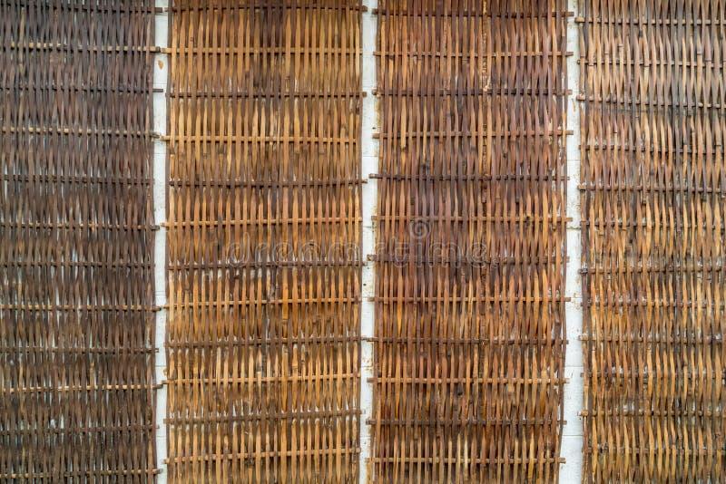 Alte Bambuswebartwand stockfotos
