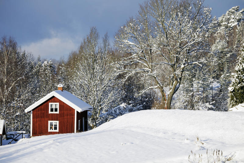 Alte Bauernhofhäuser in einer Winterlandschaft stockbild