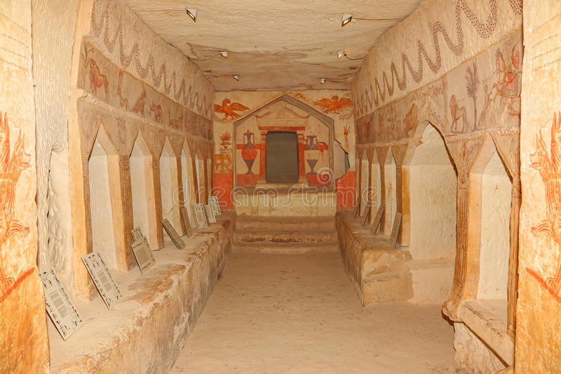 Alte Beerdigungshöhle stockfotos