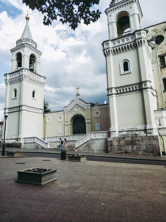 alte beige Kirche mit Glockentürmen und Hauben stockfoto