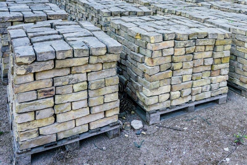 Alte benutzte Ziegelsteine, gestapelt in Würfel auf Paletten lizenzfreie stockfotos