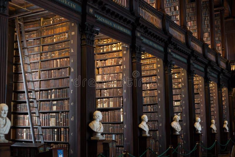 Alte Bibliothek des Dreiheits-Colleges, Dublin stockbilder