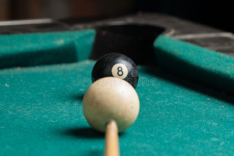 Alte Billardkugel 8 auf einer grünen Tabelle Billardkugeln lokalisiert auf einem grünen Hintergrund stockfotos