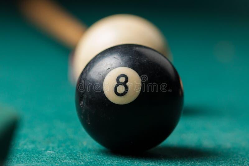 Alte Billardkugel 8 auf einer grünen Tabelle Billardkugeln lokalisiert auf einem grünen Hintergrund stockfoto