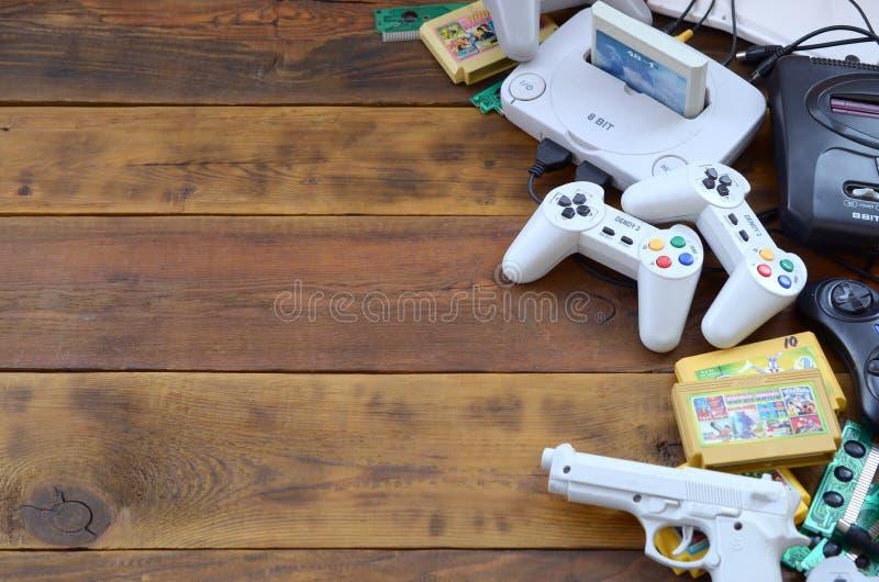 Alte 8-Bit-Videospielkonsole und viele Spielezubehör wie Joysticks und Patronen lizenzfreies stockfoto