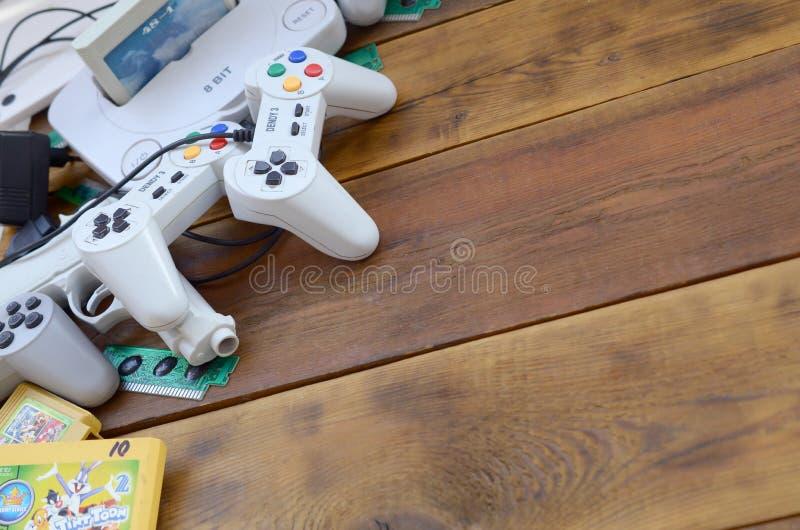 Alte 8-Bit-Videospielkonsole und viele Spielezubehör wie Joysticks und Patronen lizenzfreie stockbilder