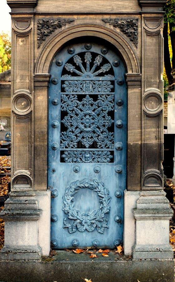 Alte blaue EisenEinstiegstür eines Grabs/der Krypta an einem Kirchhof lizenzfreie stockfotografie