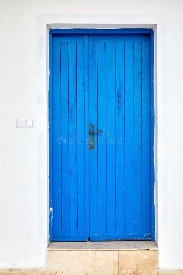 Alte blaue Holztür eines traditionellen Mittelmeerhauses lizenzfreie stockbilder