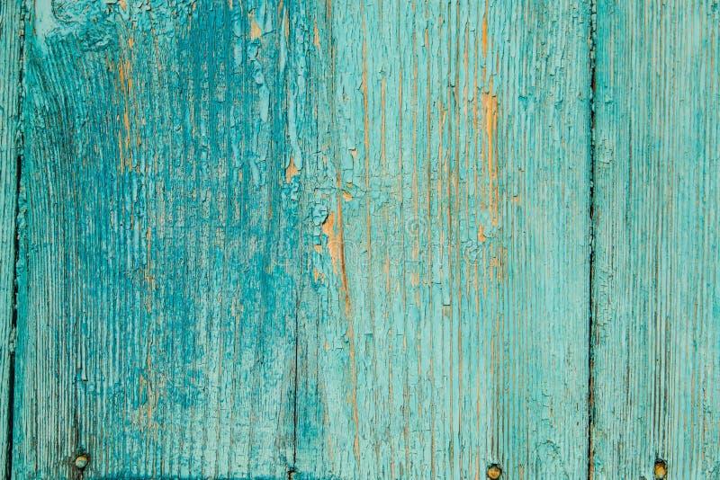 Alte blaue Holztür mit alten rostigen Nägeln und Schale malen Hintergrund lizenzfreies stockbild