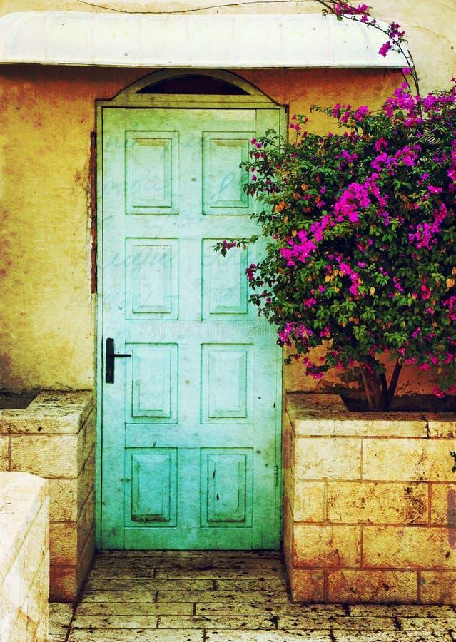 Alte blaue rustikale Holztür und Blumen gefiltertes Bild mit Beschaffenheitsüberlagerung lizenzfreie stockfotos